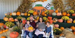 Casal tem três filhas nascidas no mesmo dia, mas em anos diferentes